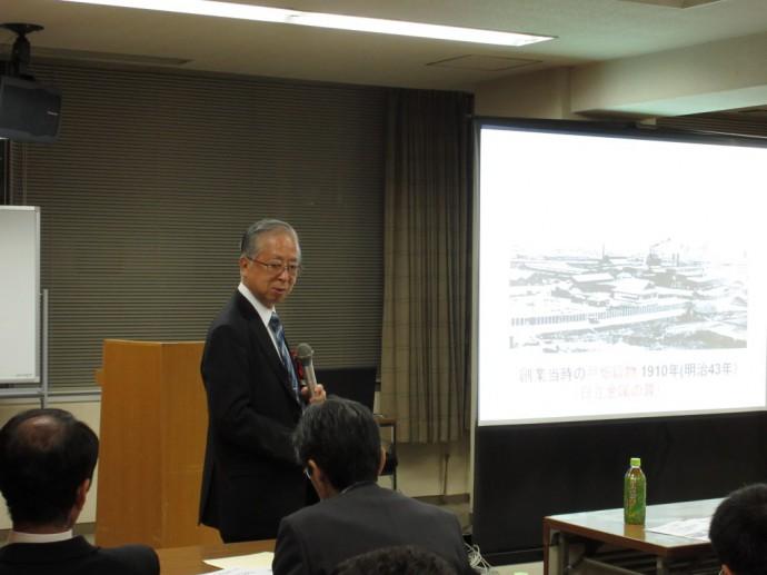 公演中の中江先生です。90分間休むことなく、終始立って講演されていました。