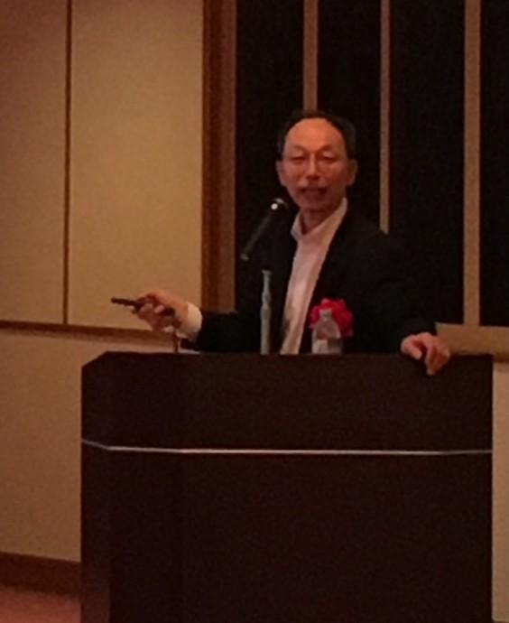 講演中の柳先生です。スクリーンと演台の間を動きながら、70分に渡って熱心に講演されていました。