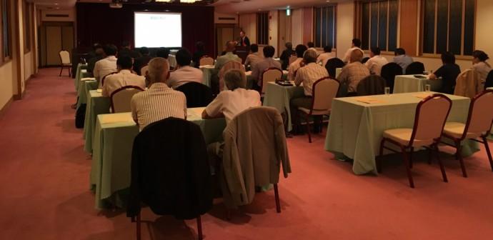 講演会の様子です。季節はずれの暑さに見舞われた当日、30名の方々が出席されました。