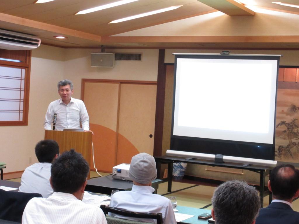 IoT活用のモニタリングシステムをプレゼン中の高井康喜所長補佐です。